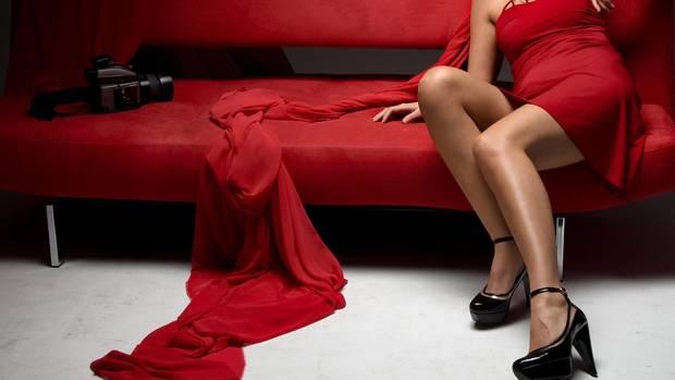 Sexistische Werbung: Muss man SO für ein Sofa werben?
