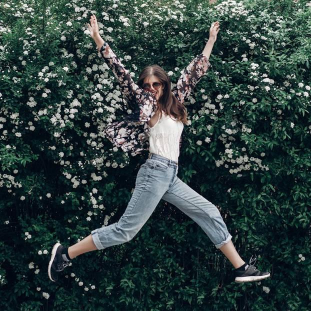 Sich selbst motivieren: Frau spring in die Luft