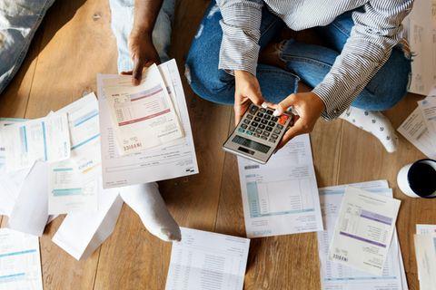 Schulden abbauen: Ein Paar bearbeitet seine Rechnunge