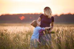 Warum machen sich Mütter so einen Stress: Mutter mit Sohn auf Feld