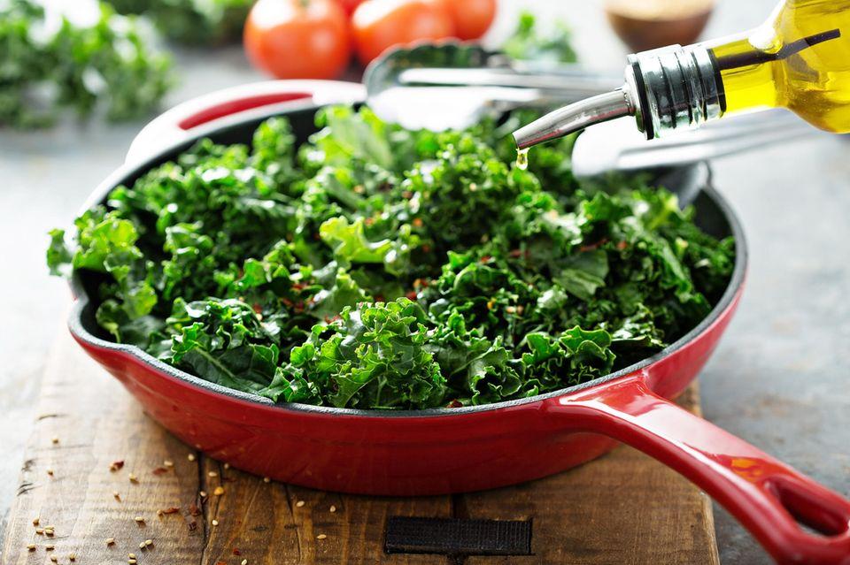 Grünkohl zubereiten: Grünkohl in einer Pfanne