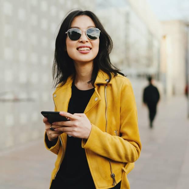 Warum sind Japanerinnen so schlank: Asiatin mit Handy