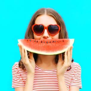 Bist du zu nett: Frau mit Melone vor Gesicht