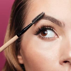 Dünne Augenbrauen: Frau mit Augenbrauenbürste