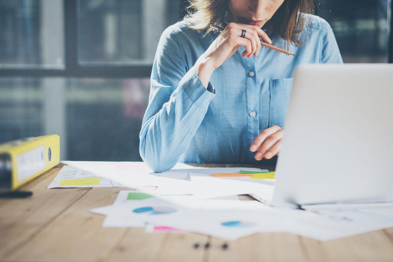 Teilzeit arbeiten: Frau am Schreibtisch