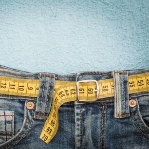 Adipositas: Jeans mit Maßband