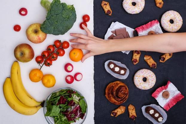 Adipositas: Frau greift nach gesundem Essen