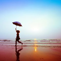 Versicherung im Alter: Frau läuft am Strand
