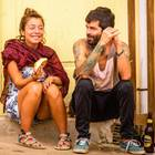 40-Prozent-Regel: Eine Frau und ein Mann flirten vor einer Haustür