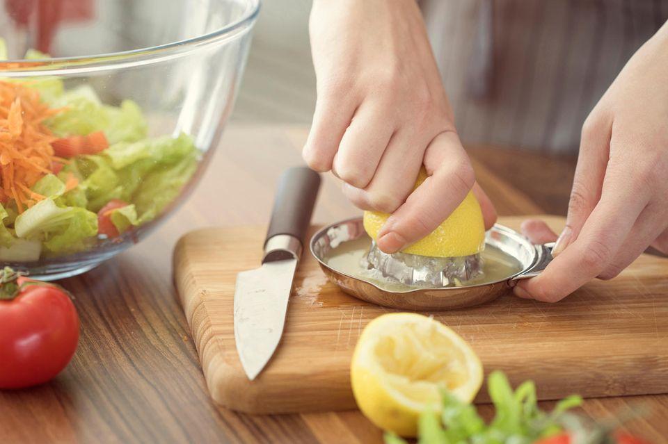 Ingwer gegen Mundgeruch: Zitronensaft wird ausgepresst
