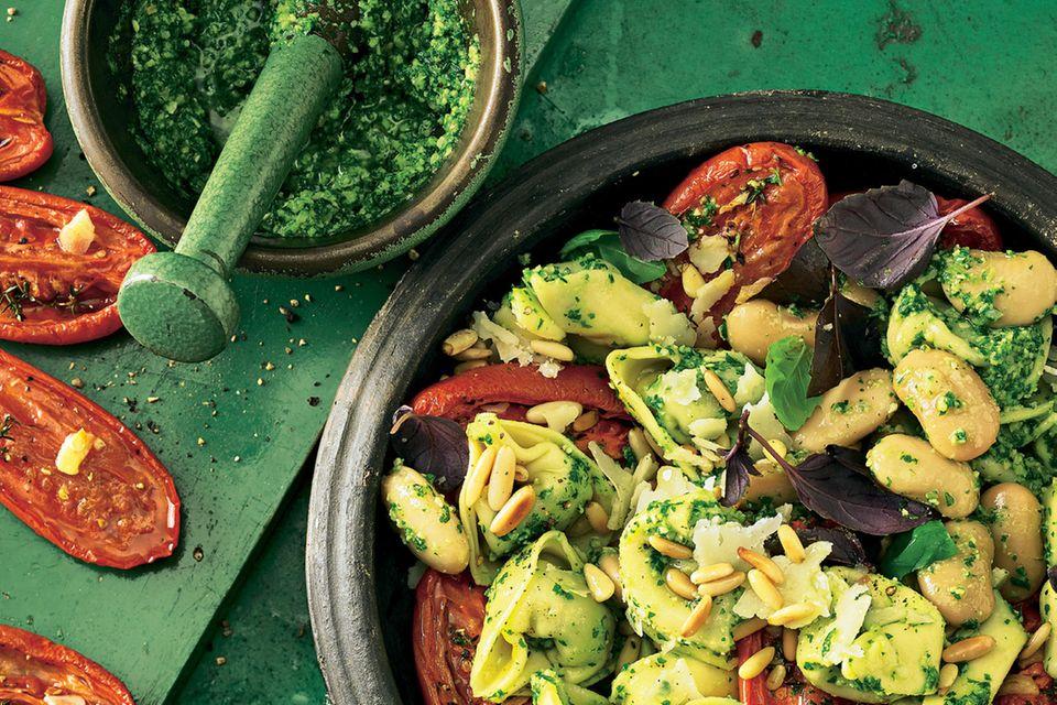 Tortelloni-Salat mit Löwenzahn-Pesto