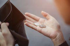 Twitter: Frauenhand mit ein paar Münzen