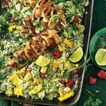 Grüner Blumenkohlsalat mit Hähnchenspießen