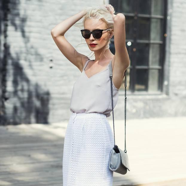 Outfits, die keine Beine zeigen: Frau mit Maxirock