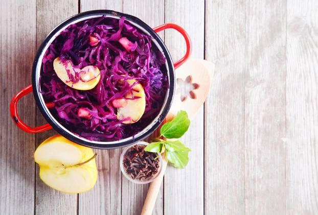 Rotkohl kochen: Rotkohl in einem Topf