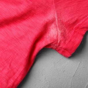 Deoflecken entfernen: T-Shirt mit Fleck