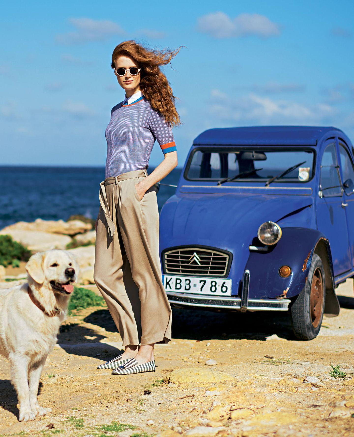 French Chic: Model in Feinstrickpulli und Hose mit weitem Bein
