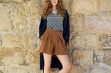 French Chic: Model mit geringeltem Top und Feinstrick-Shorts