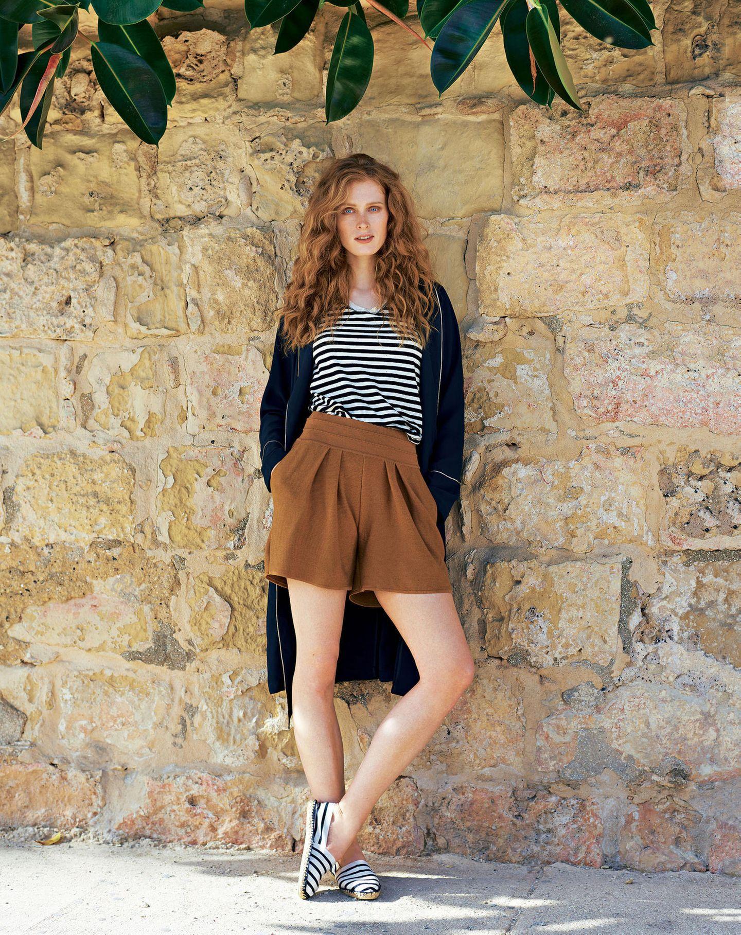 French Chic: Model mit geringeltem Top und Feinstrick-Shorts