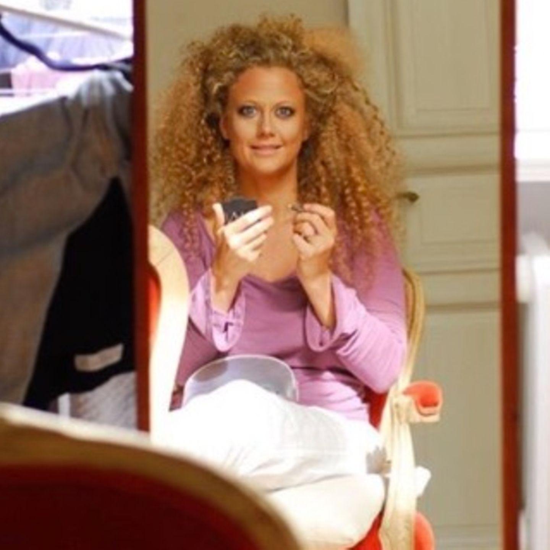 """Wow, was für ein Look! Die hellblonde, stets perfekt geföhnte Mähne hat Barbara Schöneberger kurzerhand gegen eine honigblonde Lockenpracht eingetauscht. Auf Instagram teiltdie Moderatorin jetzt diesen Schnappschuss - und bringt ihre Fans damit förmlich zum Ausflippen. """"Das macht Sie optisch wieder zum Teeny. Sieht sehr gut aus"""", lautet ein Kommentar und ein andere stimmt zu: """"Macht um Jahre jünger, lass es so!!!""""  Tja, liebe Barbara, dann weißt du ja jetzt Bescheid! Übrigens sind auch wir ganz ganz große Fans deines Löckchen-Looks."""