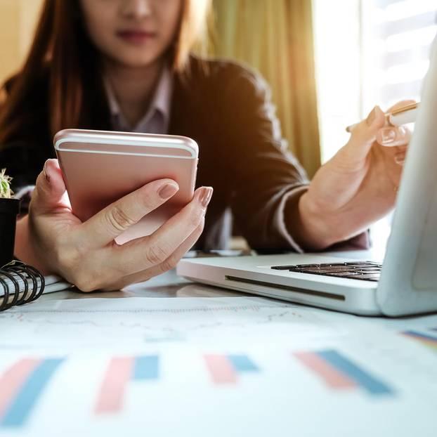 Unternehmensgründung finanzieren: Frau am Schreibtisch