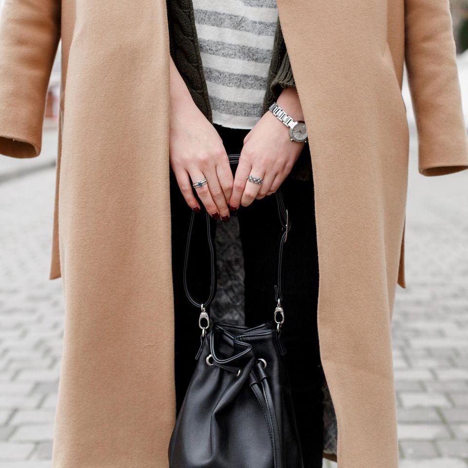 Trendfarben für den Herbst: Frau in beigefarbenem Mantel