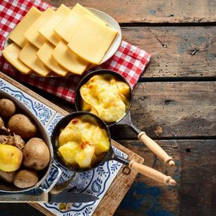 Raclette-Käse auf einem Tisch