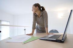 Konzentrationsstörungen: Frau am Schreibtisch mit Laptop