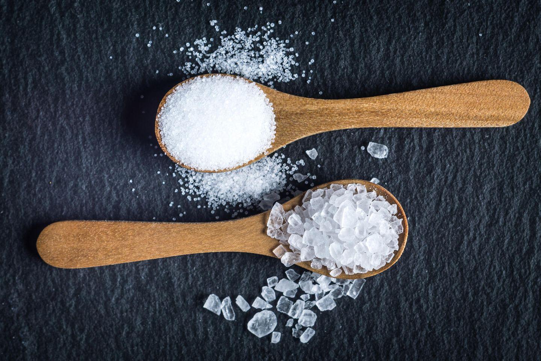 Zu viel Salz: Salz auf Löffeln