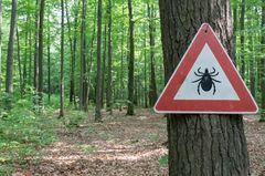 Riesen-Zecke: Warnschild vor Zecken