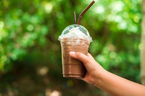 Mädchen vereiteln Kidnapping einer Elfjährigen mit Eiskaffee: Hand hält Eiskaffee