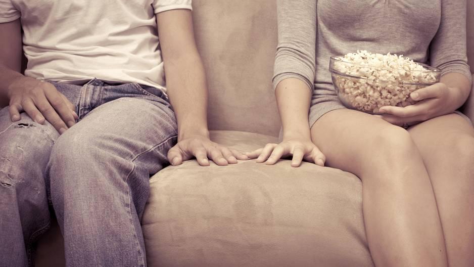 Ihr lebt noch bei euren Eltern? 3 Tipps, wie es trotzdem mit der Liebe klappt