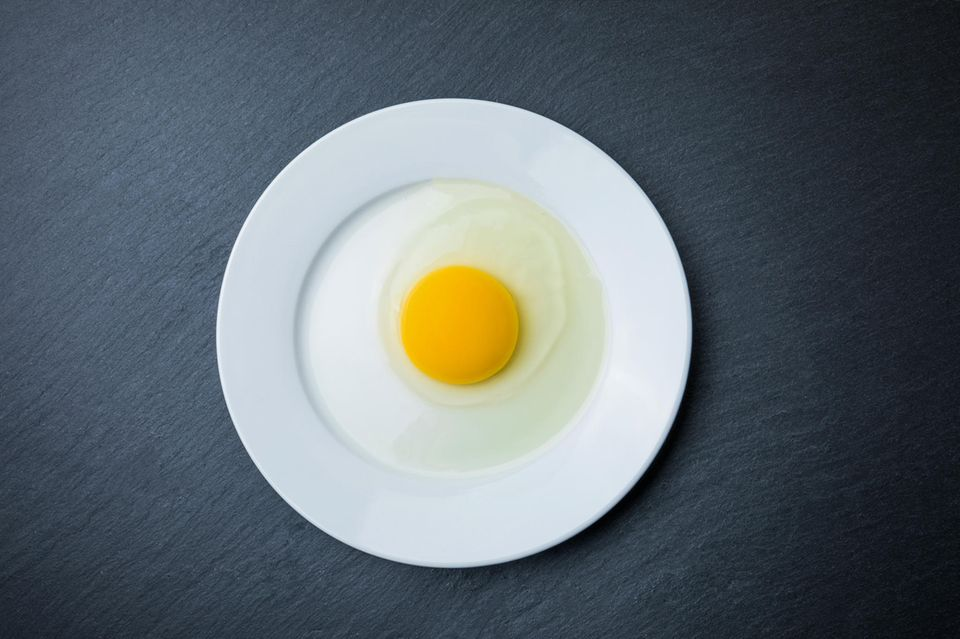 Eiweißmangel: Ei auf einem Teller