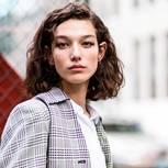 Curly Bob: Frau mit lockigen Haaren