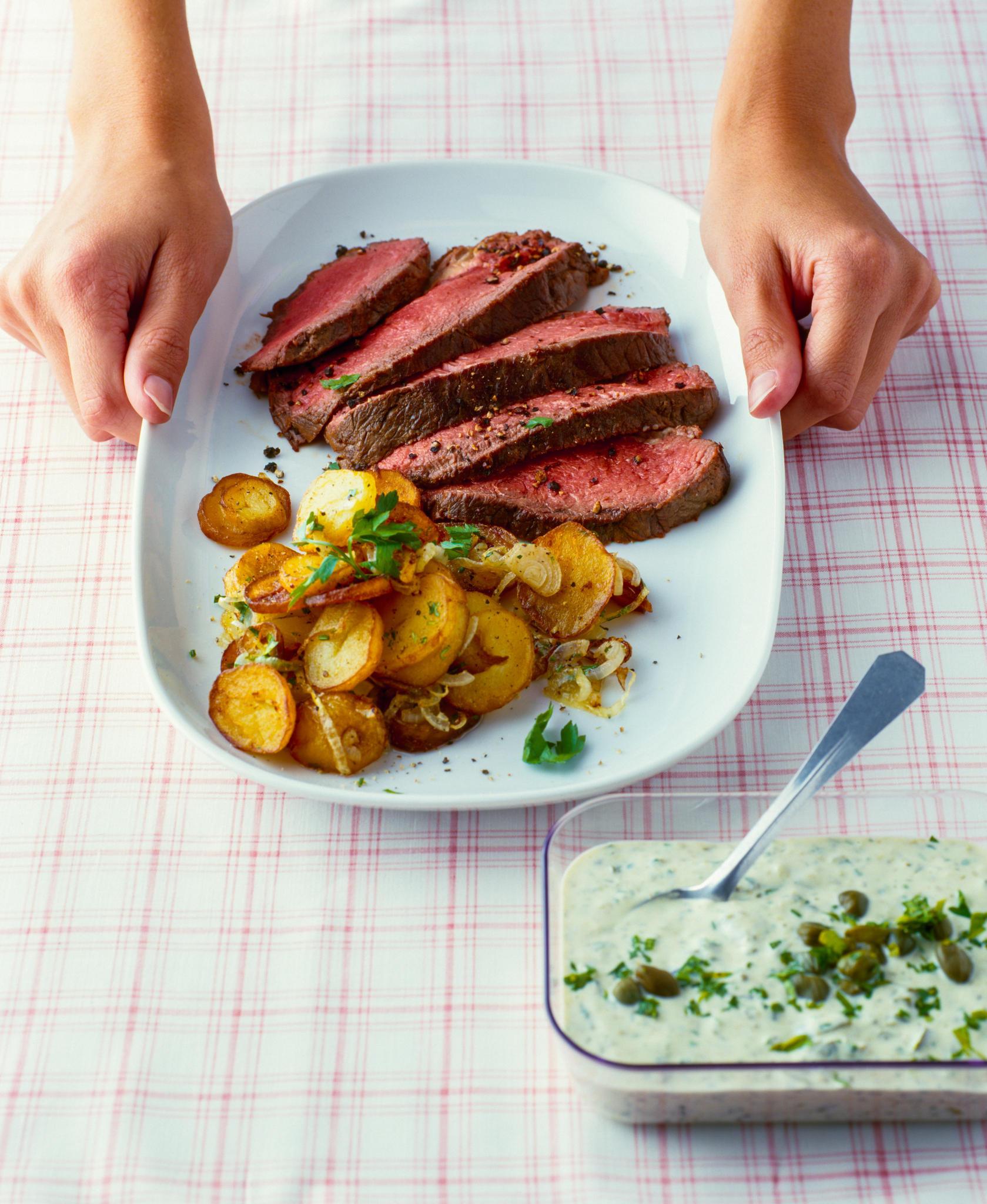 Roastbeef mit Remoulade und Bratkartoffeln   BRIGITTE.de
