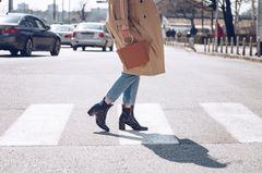 Herbsttrends im Sale: Frau mit Mantel und Ankle Boots