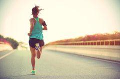 Frau joggt auf der Straße