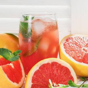 Warum Bitterstoffe beim Abnehmen helfen: Grapefruitstücke und Grapefruitsaft
