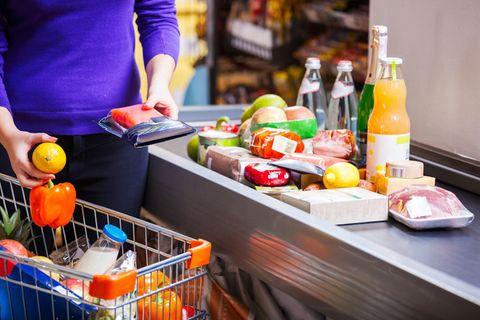 Clever einkaufen im Supermarkt: Frau steht an der Kasse