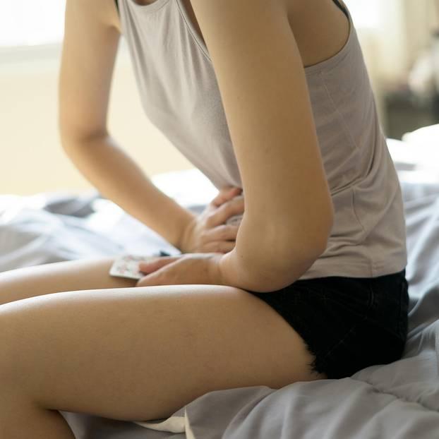Ziehen im Unterleib: Frau hält sich den Bauch