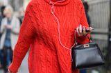 Kendall Jenner mit Oversize Pullover in Orange und schwarzer Jogginghose