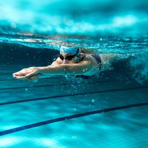 Schwimmen : Frau schwimmt