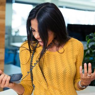 Kommunikationsfehler: Eine frustrierte Frau am Telefon