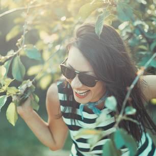 Kribbeln im Bauch: Eine fröhliche lachende Frau