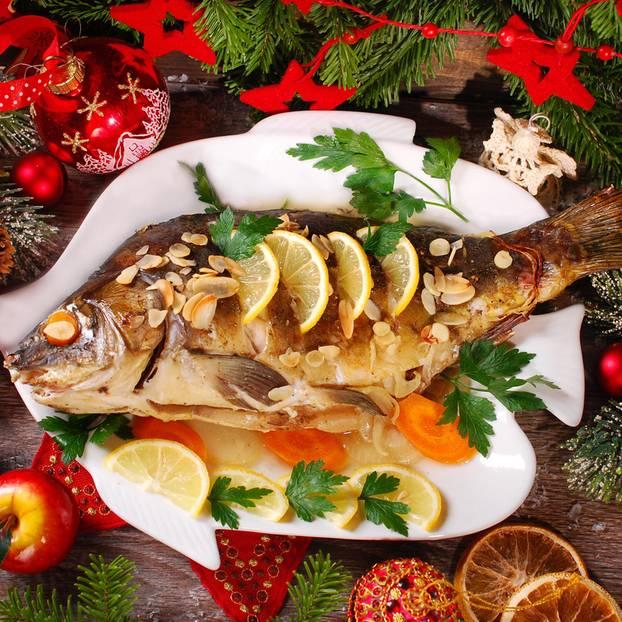 Weihnachtskarpfen auf einem Teller
