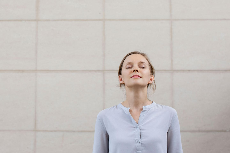 Gelassenheit lernen: Frau atmet tief durch