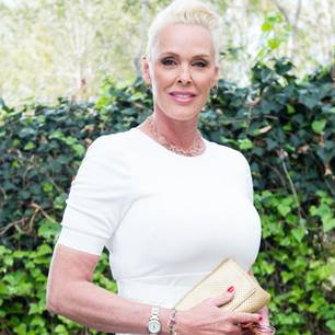 Brigitte Nielsen läuft am Stock