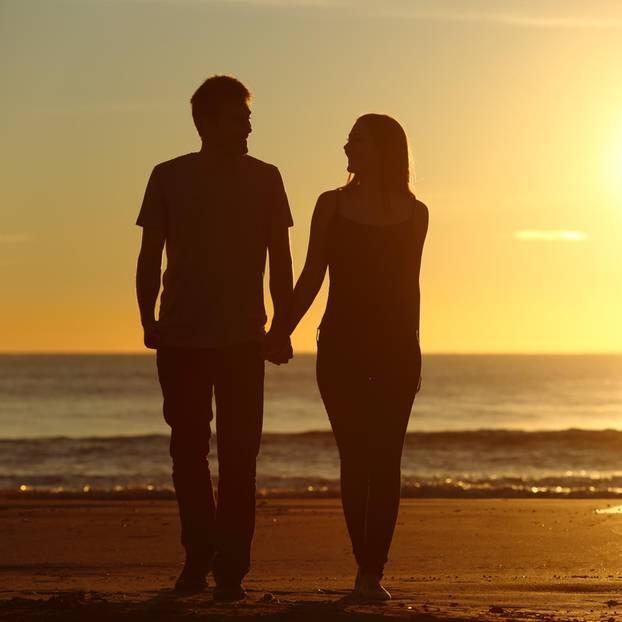 Achtsam kommunizieren: Paar am Strand