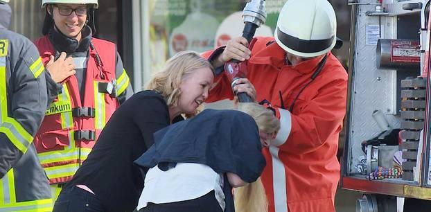 Stuhr: Feuerwehr wäscht einer Frau mit Schlauch die Haare