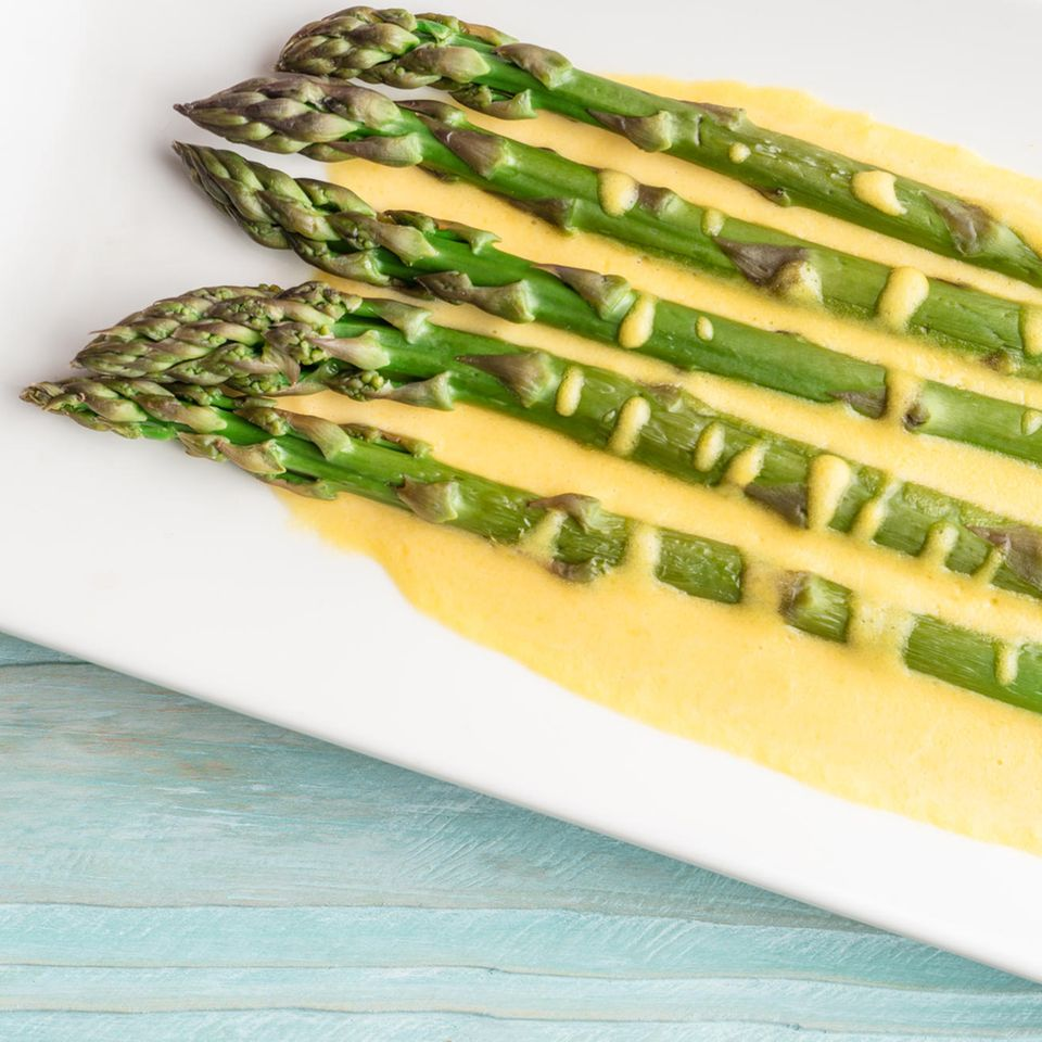 Vegane Sauce Hollandaise mit grünem Spargel